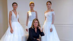 Rosa Clará junto a unas modelos luciendo sus diseños.