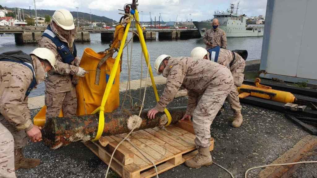 Miembros de la Armada, con el cañón hallado en Ferrol.