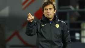 Antonio Conte da órdenes a sus jugadores del Inter de Milán