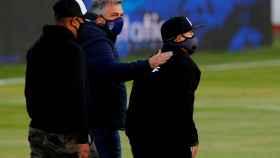 Diego Armando Maradona, ayudado por unos asistentes en el partido de Esgrima