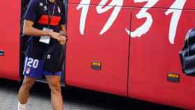 Jesús Vallejo, bajando del autobús del Granada CF