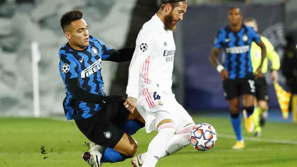 Lautaro Martínez intenta robar el balón a Sergio Ramos