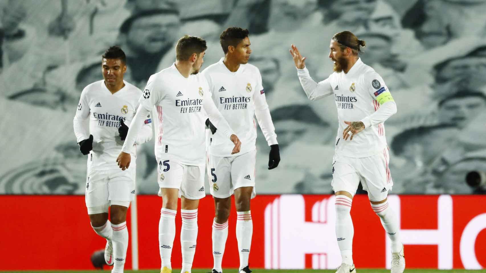 Los jugadores del Real Madrid felicitan a Sergio Ramos por su gol al Inter de Milán