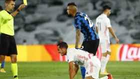 Arturo Vidal ve la tarjeta amarilla tras una dura entrada sobre Lucas Vázquez