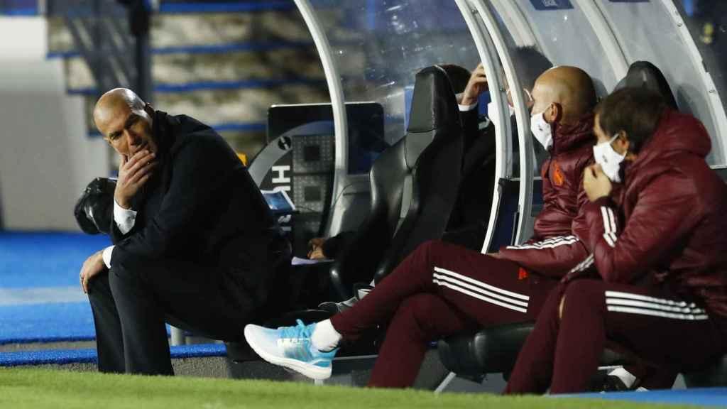 Zidane sigue desde el banquillo del Estadio Alfredo Di Stéfano el Real Madrid - Inter de Milán