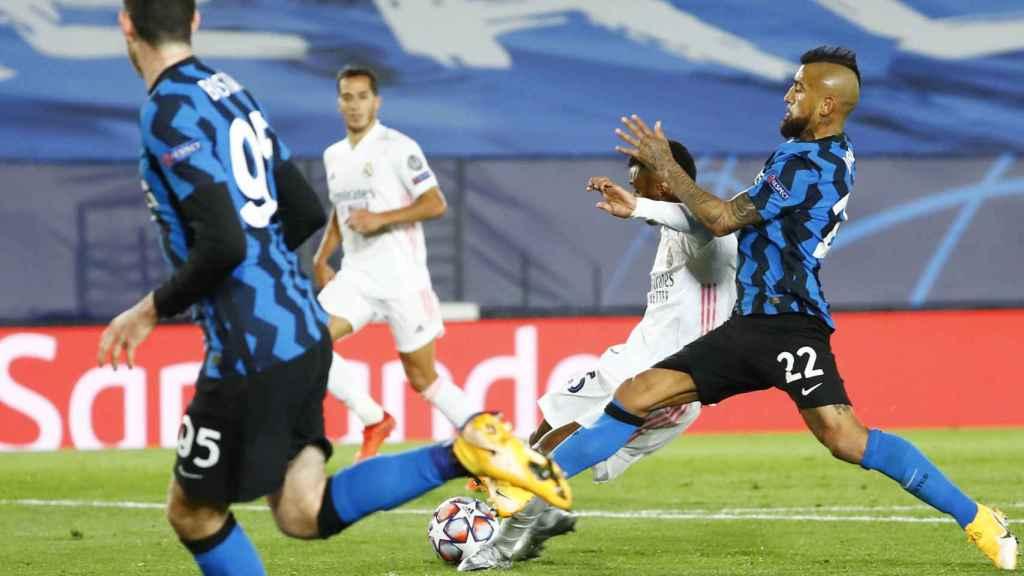 Rodrygo evita la presión de Arturo Vidal y logra marcar el tercer gol del Real Madrid al Inter de Milán