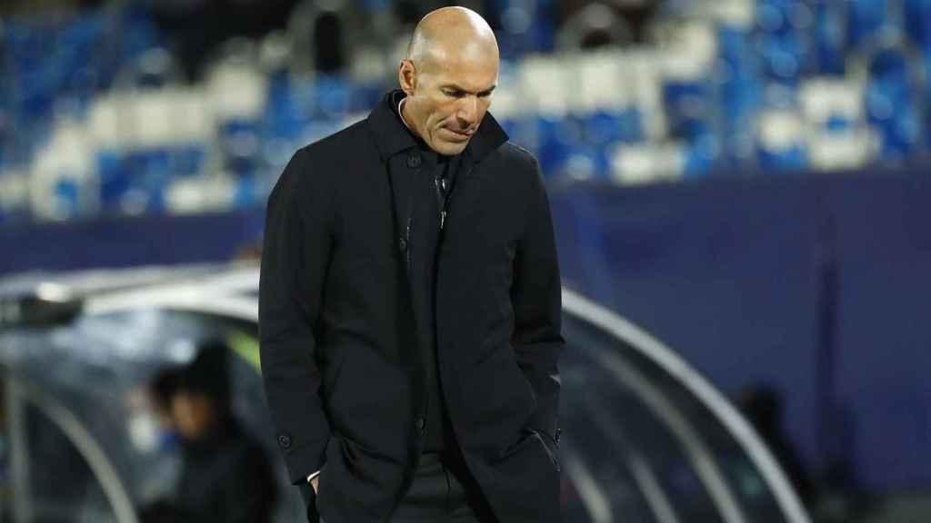 Zidane, pensativo en la banda del Estadio Alfredo Di Stéfano