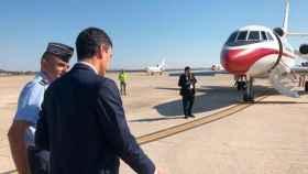 El presidente del Gobierno, Pedro Sánchez, de camino a embarcar en su avión oficial.
