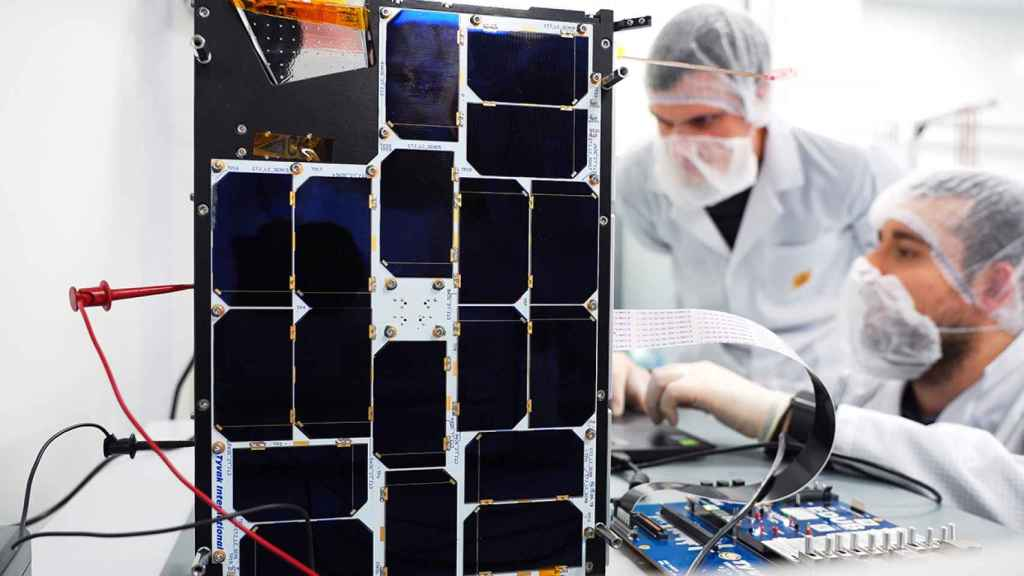 Investigadores realizando pruebas previas al lanzamiento en el satélite FSSCat / Phi-sat-1.