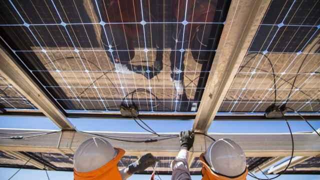 Unos operarios de Soltec revisan unos paneles solares.