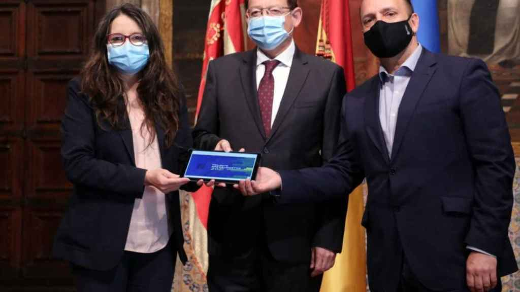 Mónica Oltra, en la foto de familia de los presupuestos en la que posó con Puig antes de saber los cambios que los socialistas habían hecho a su 'conselleria'. EE