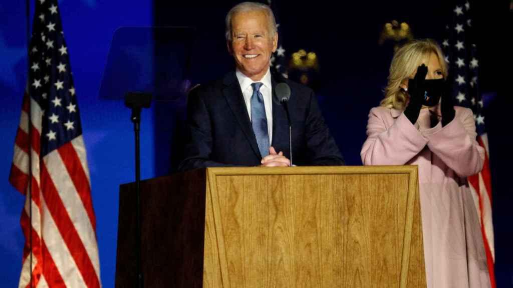 Joe Biden comparece junto su mujer para analizar los resultados electorales.