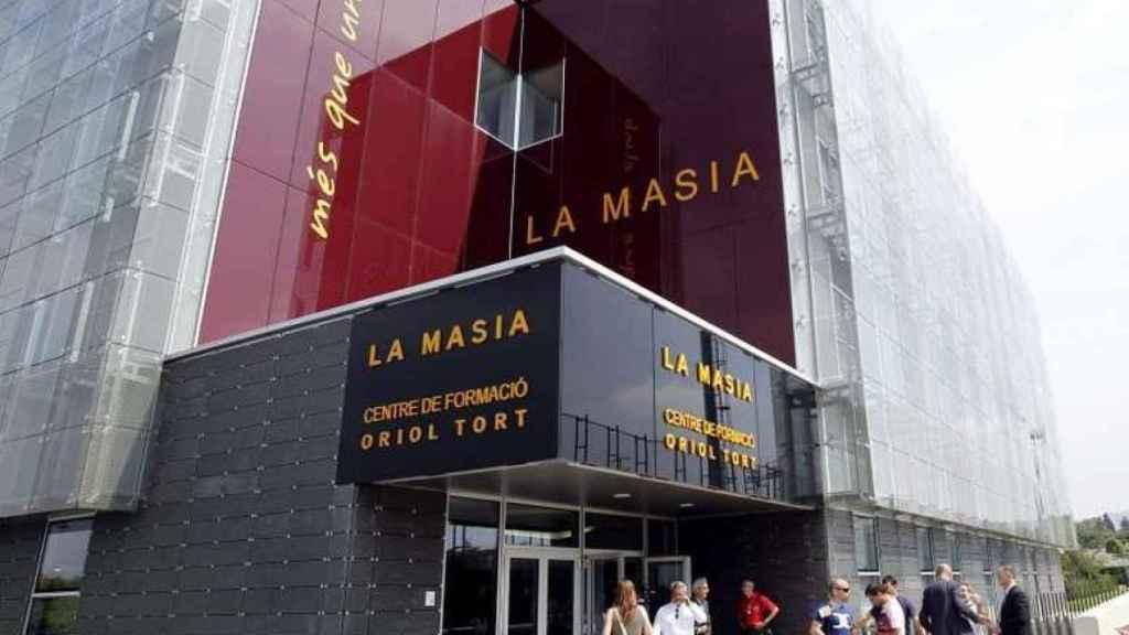 Personas entrando al edificio de La Masía del FC Barcelona