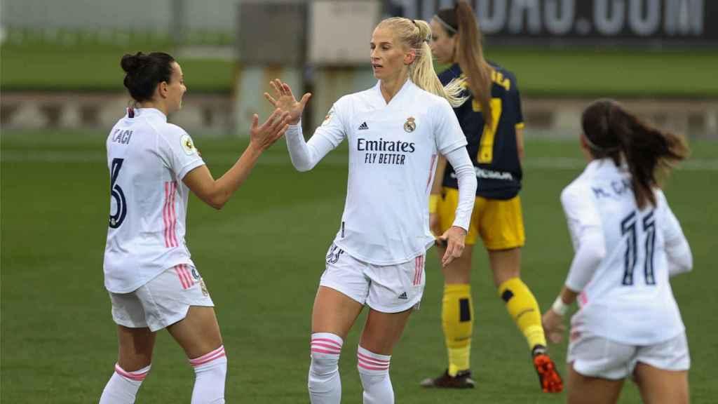 Sofia Jakobsson celebra su gol con el Real Madrid Femenino frente al Deportivo Abanca junto a Aurelie Kaci y Marta Cardona