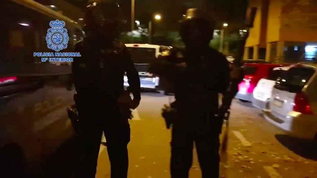 Dos de los agentes del operativo, instantes antes de entrar en los narcopisos.