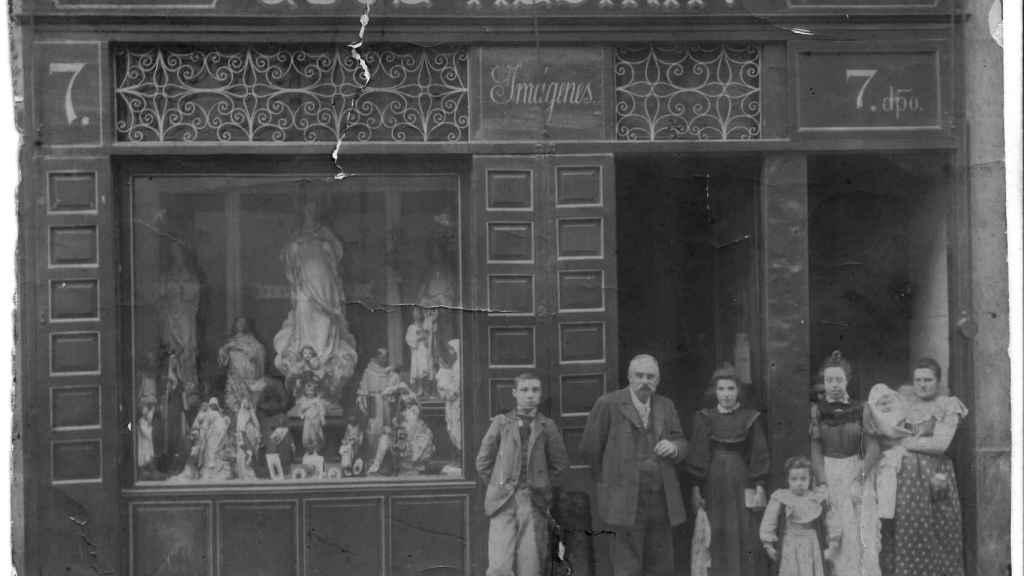 José Alsina Mascibí y su familia frente a la tienda en su inauguración.