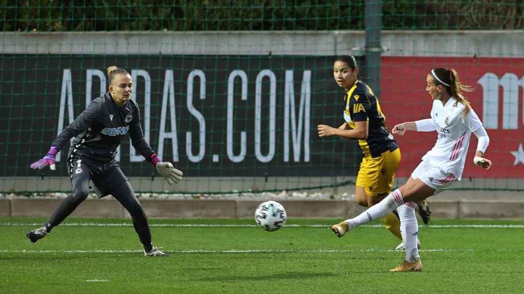 Asllani lanzando a portería en el Real Madrid Femenino - Deportivo