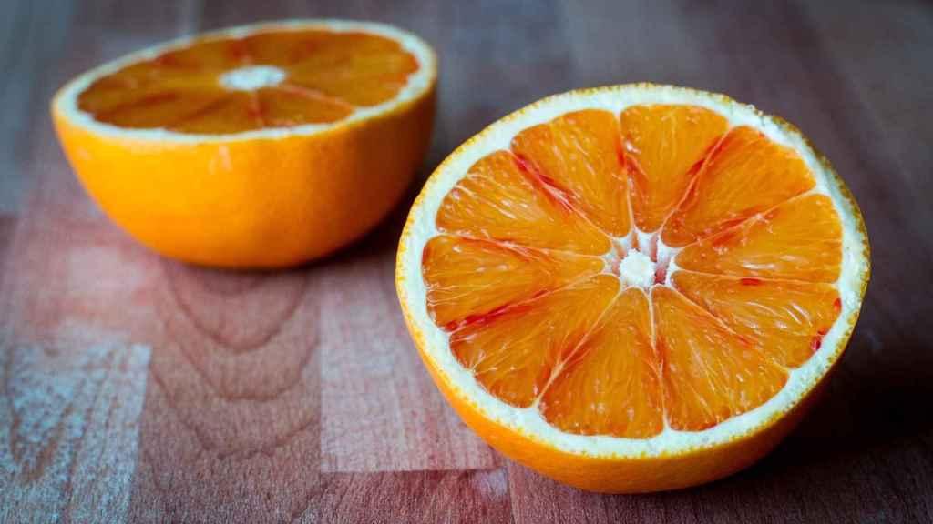 Una naranja cortada por la mitad.