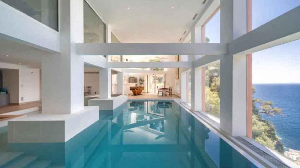 La propiedad cuenta con una piscina cubierta.