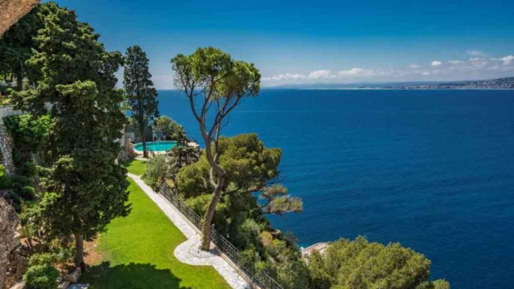 La propiedad tiene una impresionante vista a la ciudad de Niza y al mar Mediterráneo.