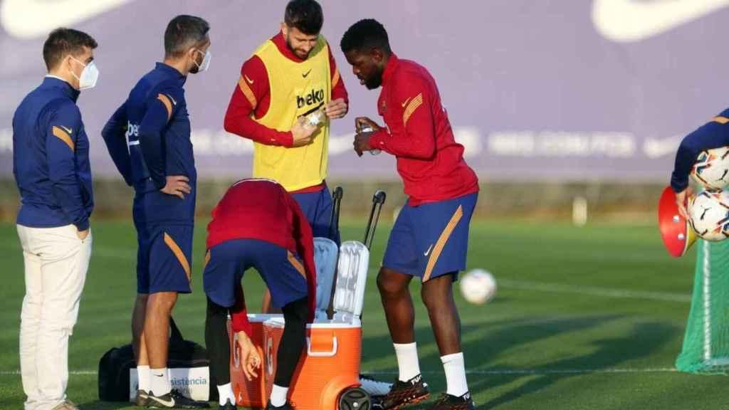 Entrenamiento del FC Barcelona con Piqué y Umtiti