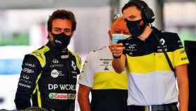 Fernando Alonso recibe órdenes de un ingeniero de Renault F1