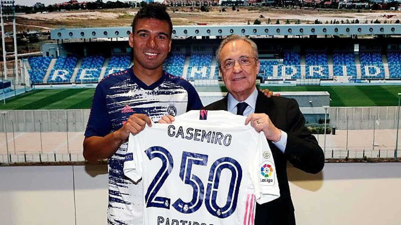 Casemiro y Florentino Pérez, junto a la camiseta conmemorativa de su partido 250 con el Real Madrid