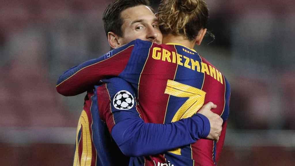 Abrazo de Messi y Griezmann para celebrar el gol del Barcelona en la Champions League