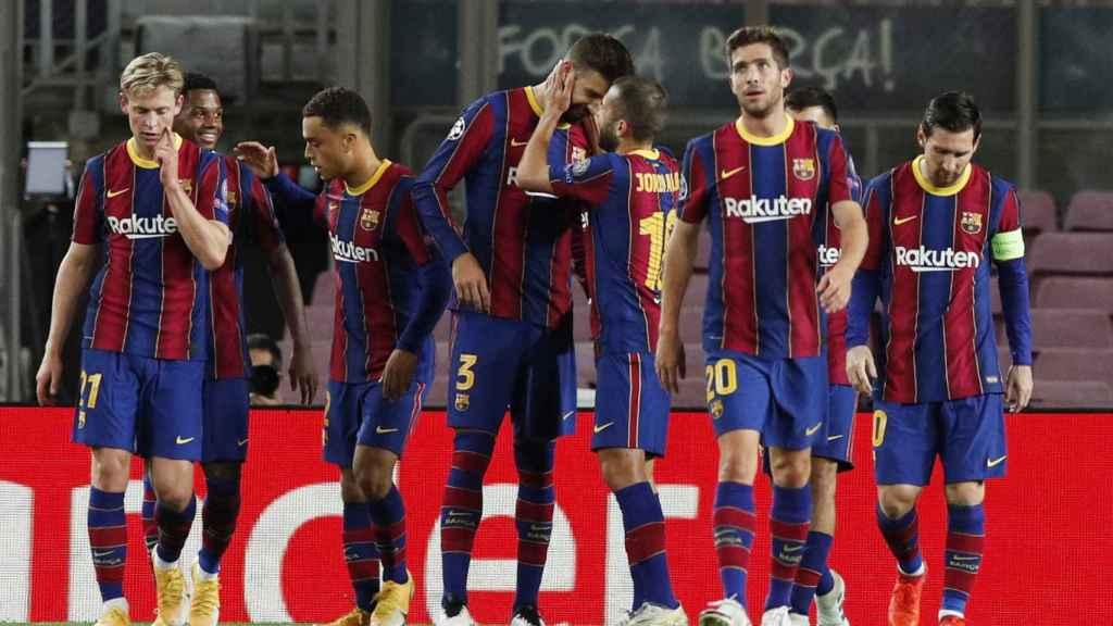 Los jugadores del Barcelona celebran el gol de Piqué en la Champions League
