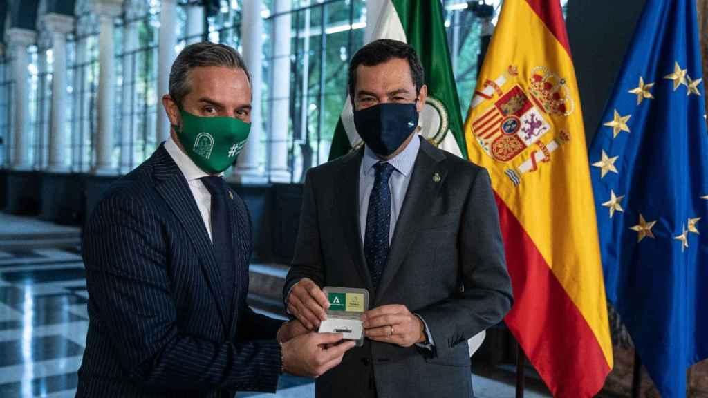 El consejero de Hacienda, Juan Bravo, y el presidente de la Junta de Andalucía, Juanma Moreno.