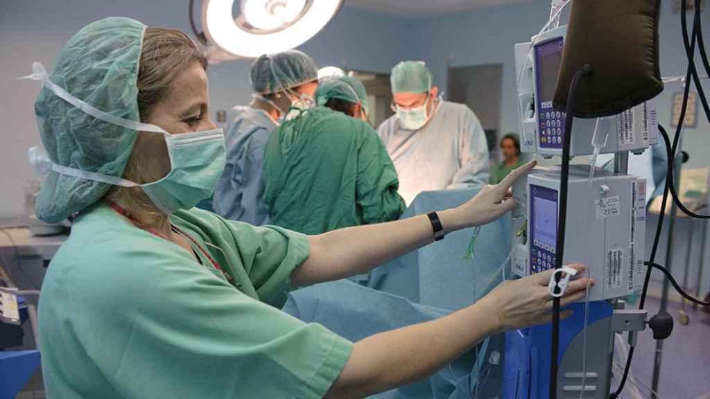 Una enfermera en un quirófano.