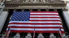 La bandera americana luce en la fachada de la bolsa de Nueva York en el día del recuento electoral.
