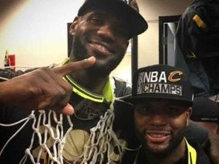 LeBron James y su amigo Brandon Weems, en los Cavs