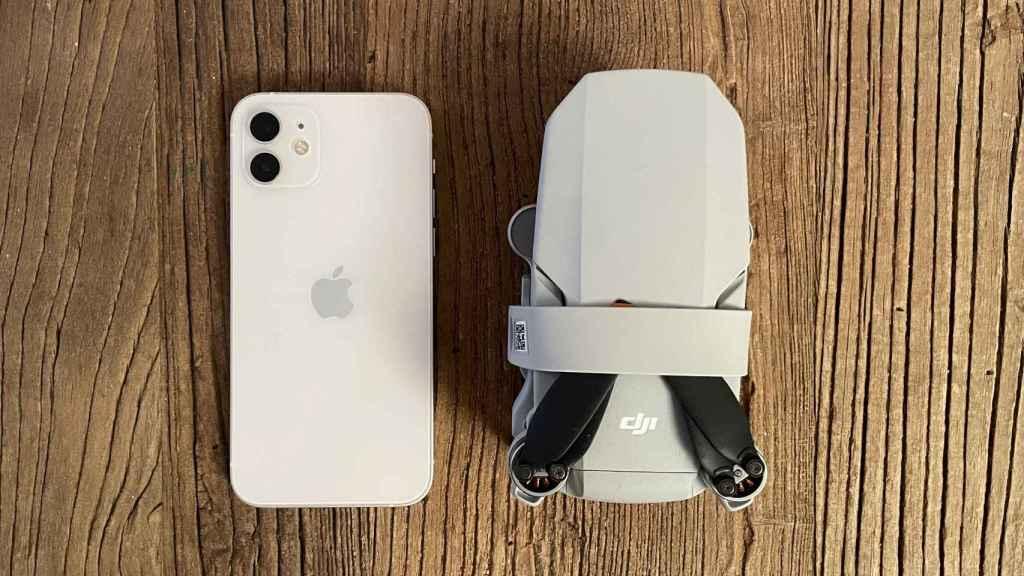 DJI Mini 2 plegado junto al iPhone 12.