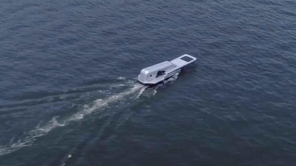 La estela del barco parece 'desabrochar' el agua.