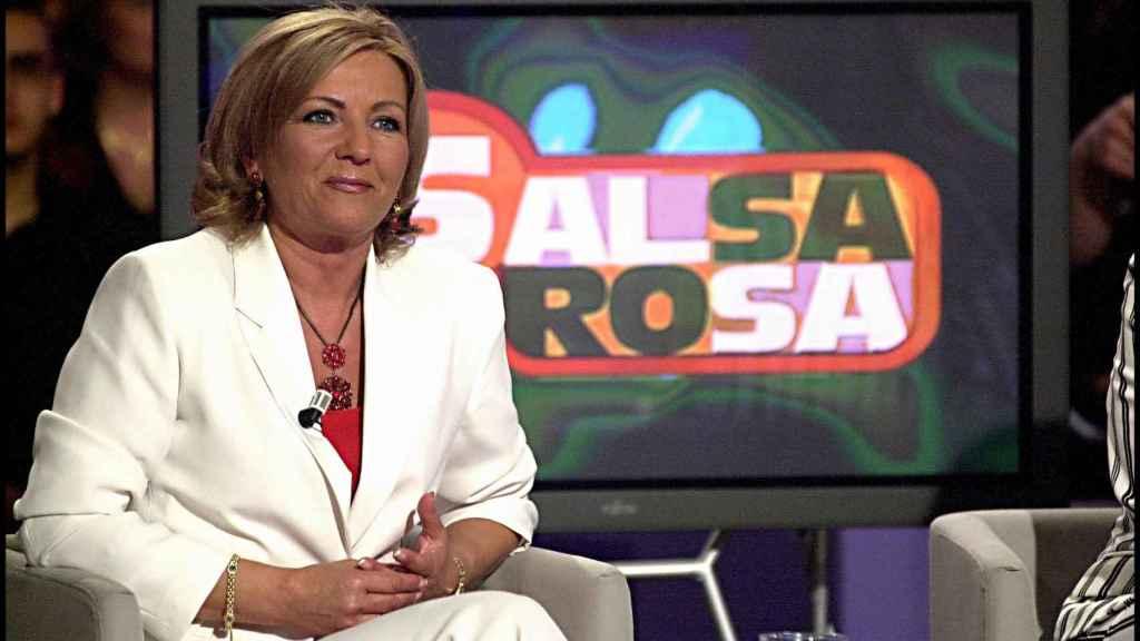 Camila Naranjo sentada en el plató del extinto 'Salsa rosa' en 2003.
