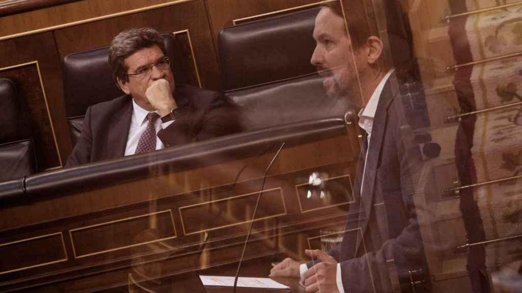 El vicepresidente segundo del Gobierno, Pablo Iglesias, y el Ministro de Inclusión, Seguridad Social y Migraciones, José Luis Escrivá, en el Congreso.