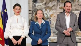 Yolanda Díaz, ministra de Trabajo, y Nadia Calviño, vicepresidenta Económica, junto a Pablo Iglesias en Moncloa.