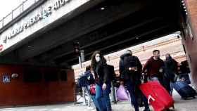 Viajeros en tránsito en la estación de Atocha de Madrid, durante el segundo confinamiento perimetral. EFE/ Mariscal