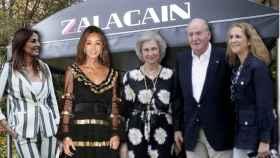 Mariló Montero, Isabel Preysler, la reina Sofía, el rey Juan Carlos y la infanta Elena junto al restaurante Zalacaín en un montaje de Jaleos.