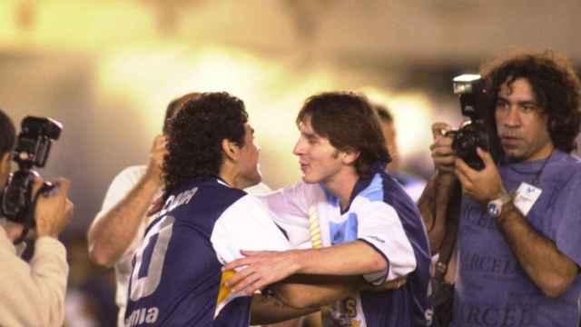 Maradona saluda a Leo Messi en el partido que jugaron juntos