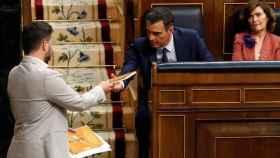 Gabriel Rufián entrega a Pedro Sánchez un libro de cuentos escrito por Oriol Junqueras.