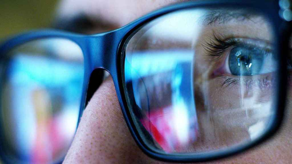 Un observador, ante varias pantallas.