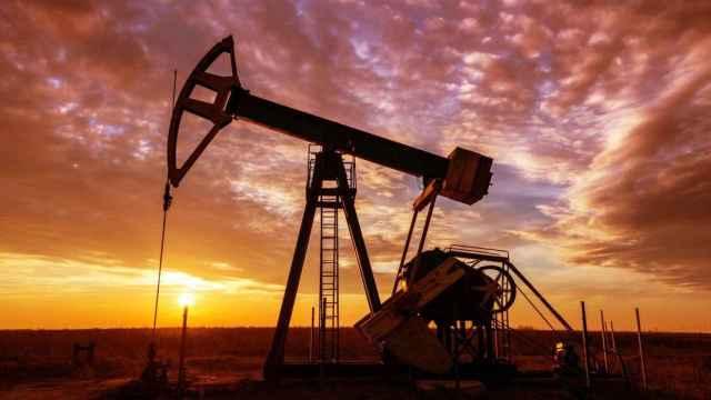 Un atardecer en un campo petrolero.