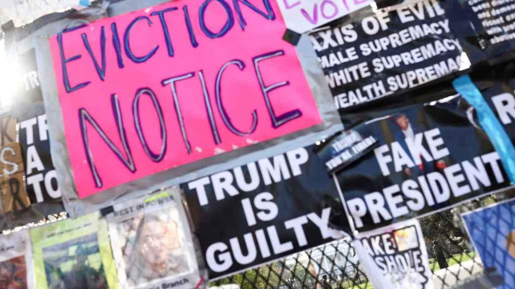 Carteles contra Donald Trump sobre la valla de Casa Blanca.