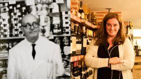 A la izquierda, Cruz Bravo, fundador de la tienda. A la derecha, su nieta Elena, actual propietaria.