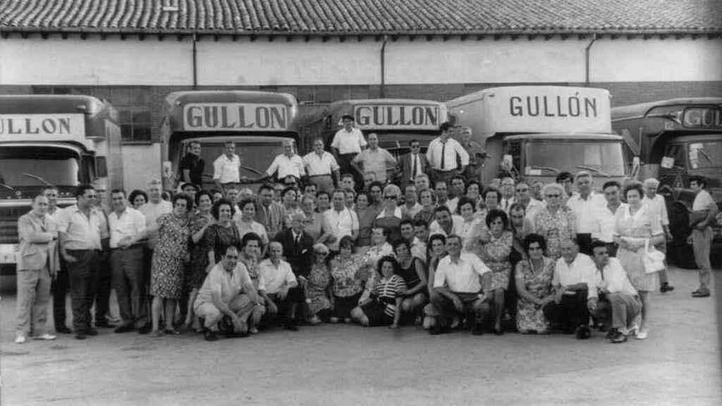 Trabajadores, en la entrada de la antigua fábrica de Gullón, en Aguilar de Campoo.