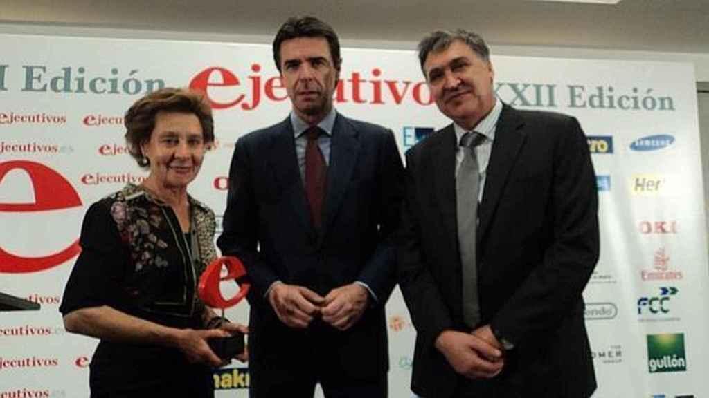 La dueña de Gullón, María Teresa, junto a su mano derecha, José Manuel Gabaldón y el exministro de Industria.