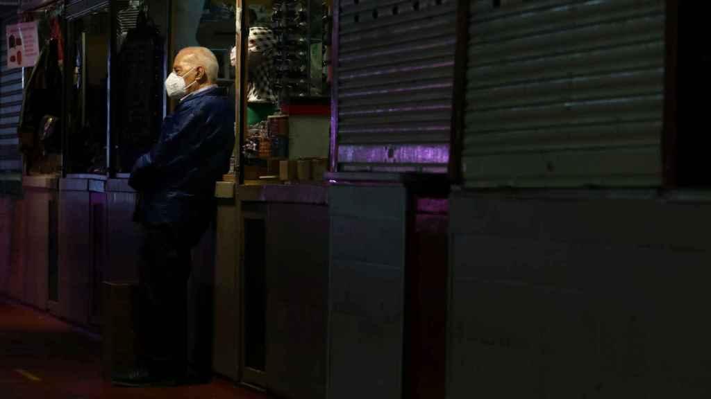 Un hombre con mascarilla en un mercado madrileño.