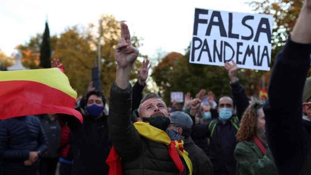 Un manifestante en la marcha negacionista de este sábado en Madrid.